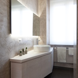Realizzazione delle finiture in stucco alla veneziana e del mobile lavabo in legno
