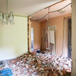 Scorcio della sala da pranzo e prime demolizioni